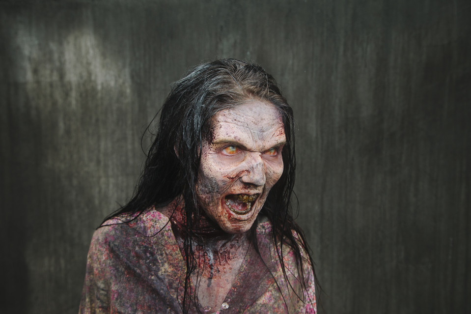 the walking dead : séance de maquillage pour les acteurs zombies