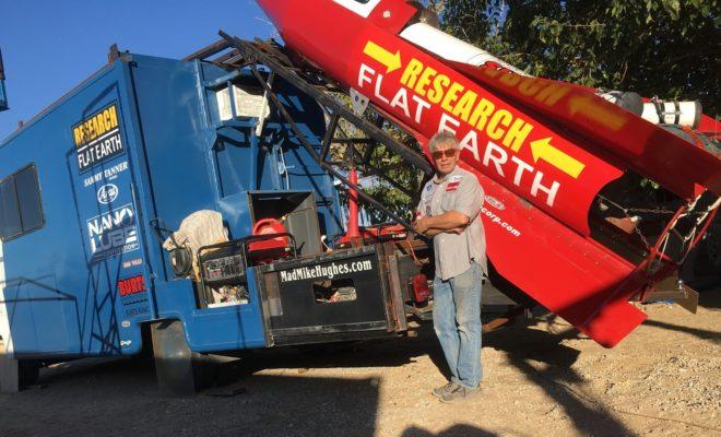 Un homme compte s'envoler avec une fusée pour