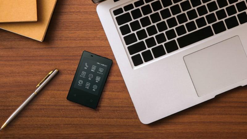 le t l phone le plus fin et le plus l ger au monde fait la taille d une carte de cr dit. Black Bedroom Furniture Sets. Home Design Ideas