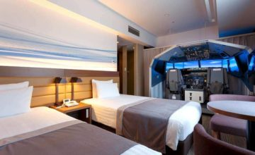 Un énorme simulateur de vol installé dans une chambre d'hôtel à Tokyo