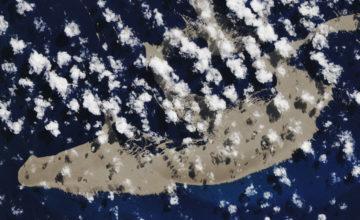 Une énorme île flottante de pierre ponce dérive dans le Pacifique