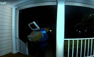 Un américain avec une TV sur la tête dépose des téléviseurs à l'entrée de certaines maisons