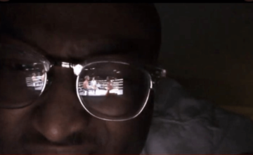 Des milliers de personnes regardent illégalement un combat de boxe via le reflet des lunettes d'un homme