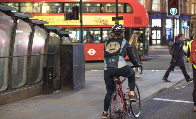 Une veste signée Ford permet aux cyclistes de communiquer avec les conducteurs à l'aide d'emojis