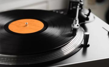 Les ventes de vinyles dépassent celles des CDs pour la première fois depuis 1986 aux États-Unis