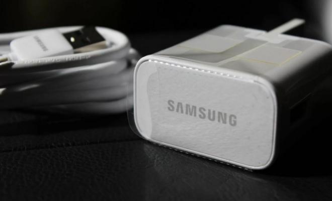 Samsung confirme qu'il supprime progressivement les chargeurs et les écouteurs de ses futurs appareils