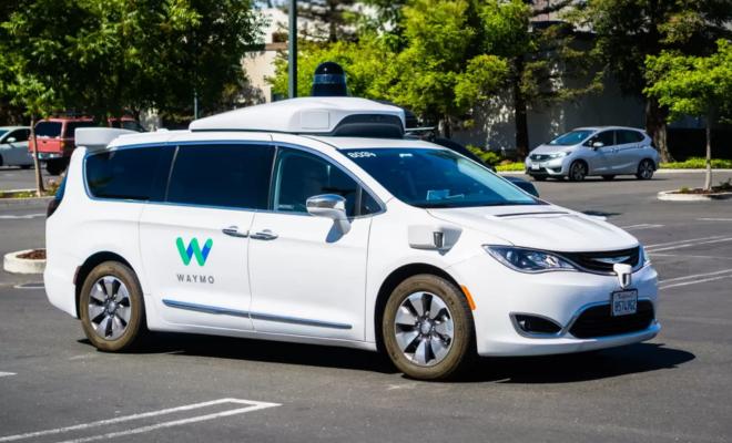"""Waymo abandonne le terme """"conduite autonome'' pour """"entièrement autonome''"""